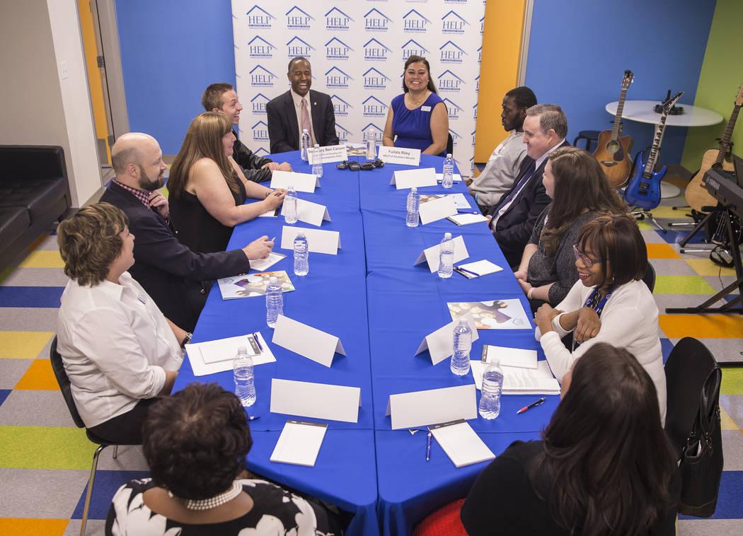 Ben Carson, izquierda / atrás, Secretario de Vivienda y Desarrollo Urbano, escucha las aportaciones durante una mesa redonda en el Shannon West Center for Homeless Youth el miércoles 25 de abril ...