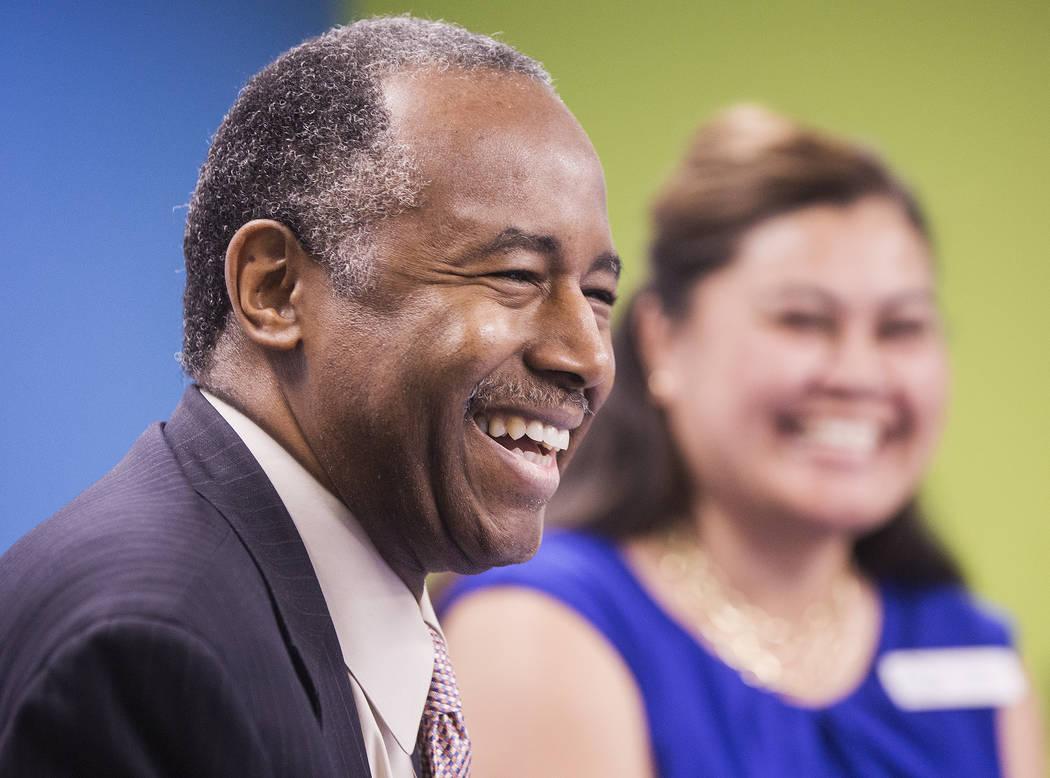 Ben Carson, a la izquierda, Secretario de Vivienda y Desarrollo Urbano, se ríe con Fuilala Riley de HELP of Southern Nevada durante una gira por el Shannon West Center for Homeless Youth el miér ...
