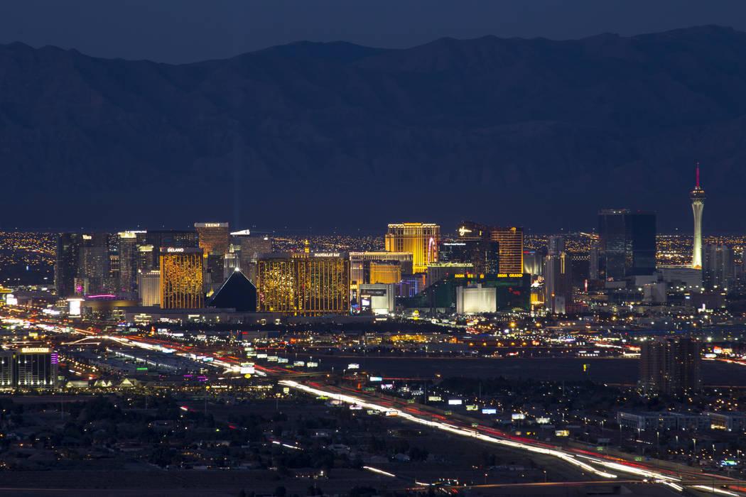 El tráfico se mueve a lo largo de la Interestatal 15 mientras los casinos de Las Vegas iluminan el horizonte de la ciudad al anochecer el martes 6 de febrero de 2018. Richard Brian Las Vegas Revi ...