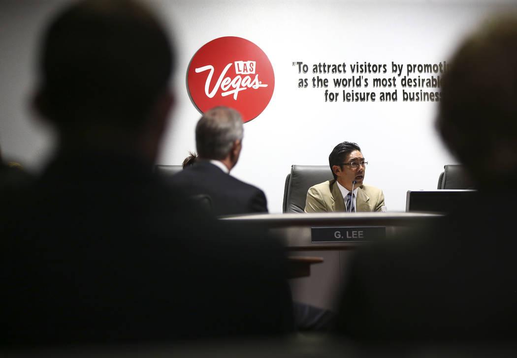 Gregory Lee, miembro de la junta de la Autoridad de Convenciones y Visitantes de Las Vegas habla durante las discusiones sobre la actualización de las políticas de viaje durante una reunión del ...
