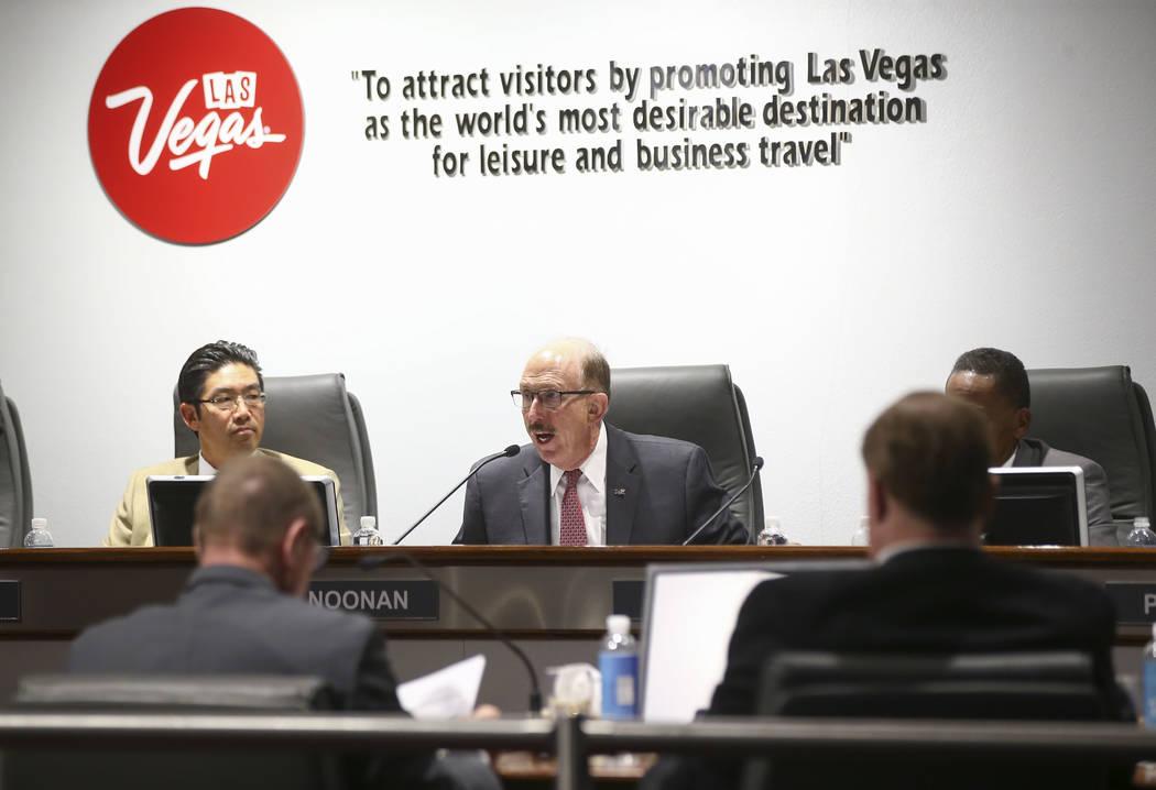 El miembro de la junta de la Autoridad de Convenciones y Visitantes de Las Vegas, Bill Noonan, en el centro, advirtió al CEO Rossi Ralenkotter por usar los recursos de la agencia para viajes pers ...