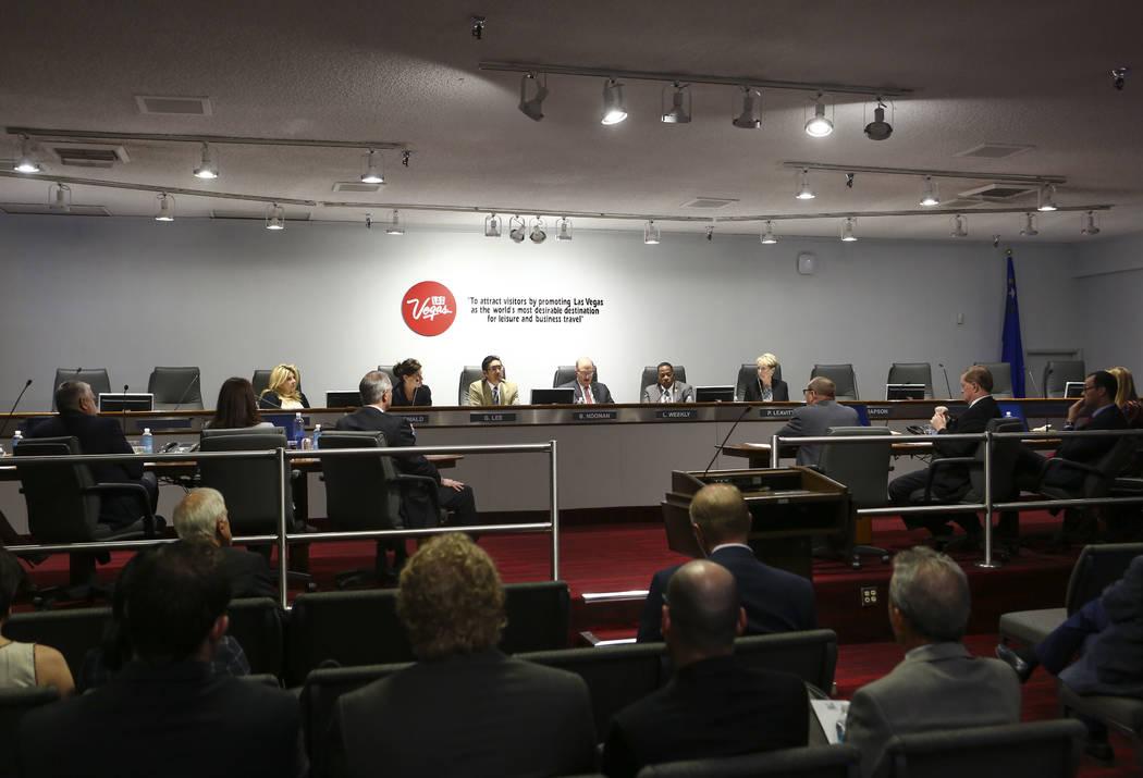 Miembros del comité de auditoría de la Autoridad de Convenciones y Visitantes de Las Vegas discuten la actualización de las políticas de viaje durante una reunión del comité de auditoría de ...