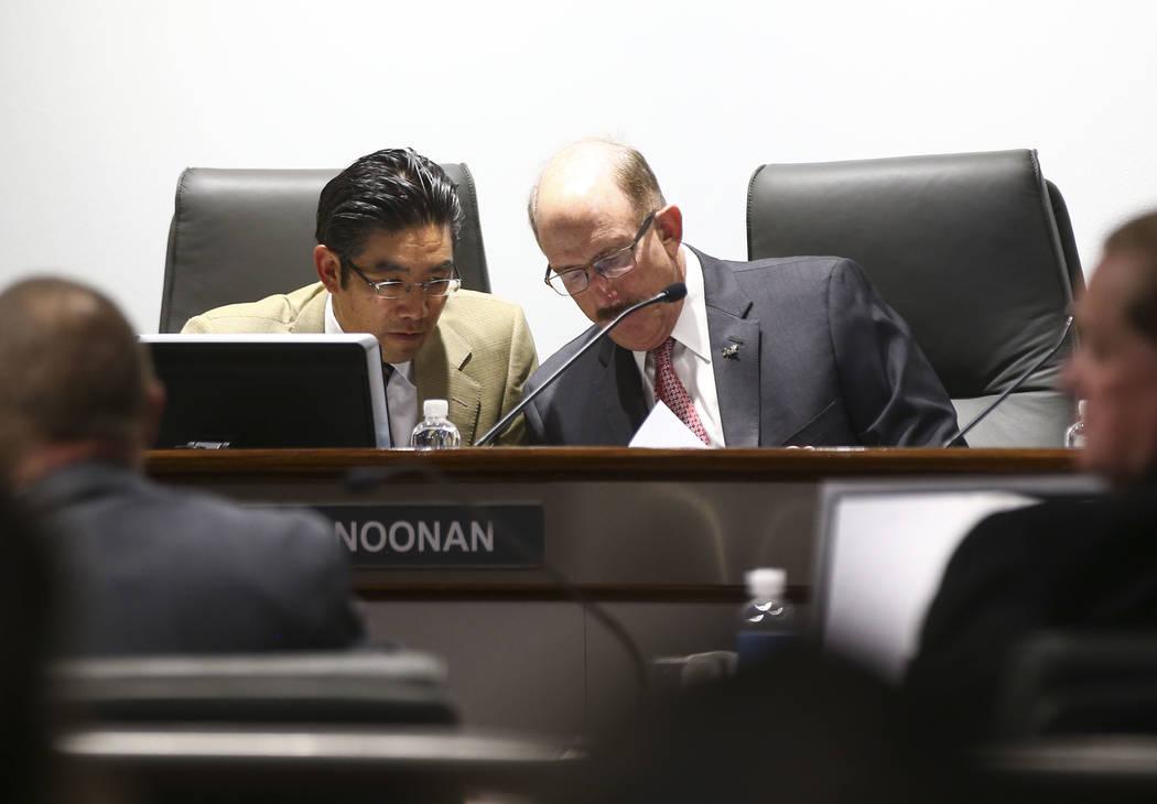 Gregory Lee, a la izquierda, y Bill Noonan, miembros de la junta de la Autoridad de Convenciones y Visitantes de Las Vegas, hablaron luego de una reunión del comité de auditoría de LVCVA en el ...