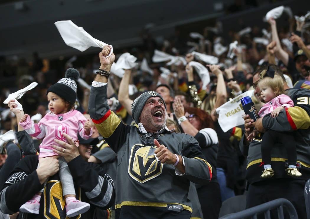Los fanáticos de Los Golden Knights celebran un gol del defensa Shea Theodore, no representado, durante el primer período del 1er Juego de una serie de playoffs de la NHL contra los Kings de Los ...
