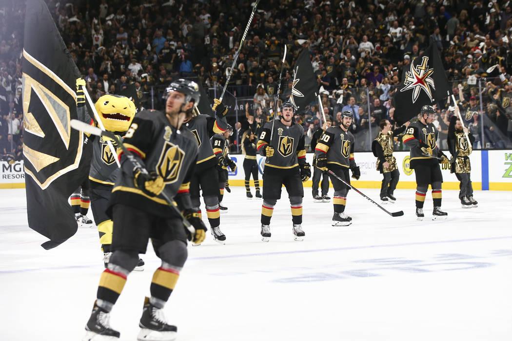 Los jugadores de los Golden Knights celebran su derrota ante Los Angeles Kings en el 1er Juego de una serie de playoffs de primera ronda de hockey de la NHL en la Arena T-Mobile en Las Vegas el mi ...
