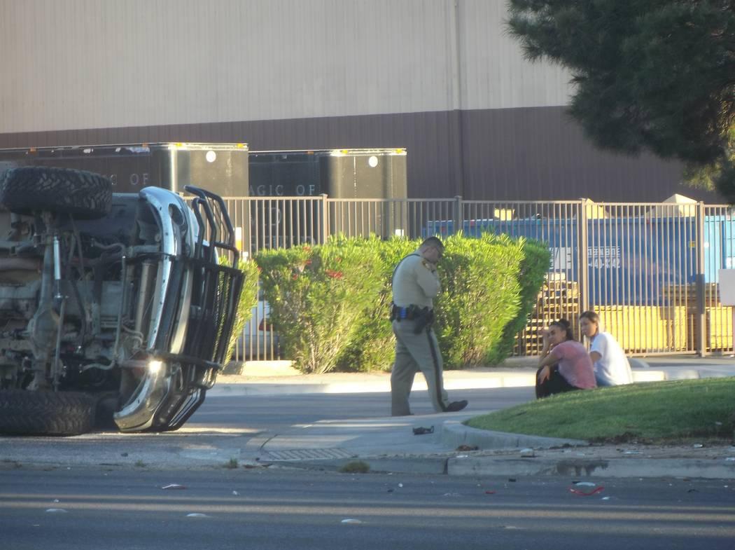 Dos personas resultaron heridas en un accidente de vuelco el jueves por la mañana en Russell Road, cerca de Valley View Boulevard, el jueves 26 de abril de 2018. (Max Michor / Las Vegas Review-Jo ...