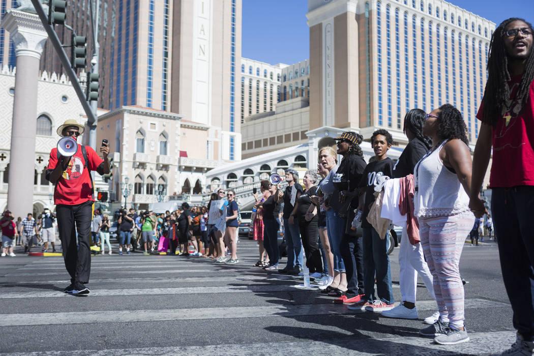 Los manifestantes bloquean el Strip de Las Vegas frente al Venetian para protestar por la muerte de Tashii Brown involucrada en un oficial el 28 de mayo de 2017. (Elizabeth Brumley / Las Vegas Rev ...