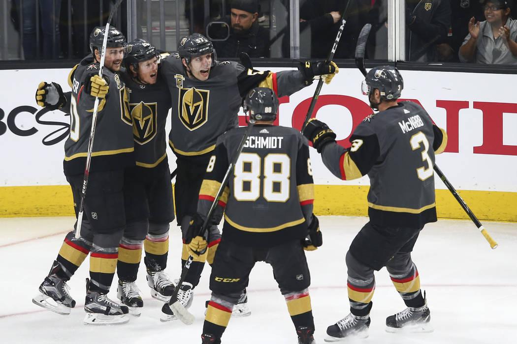 El centro de los Golden Knights: Cody Eakin, segundo desde la izquierda, celebra su gol contra los San José Sharks con sus compañeros durante el primer periodo del 1er Juego de una serie de play ...