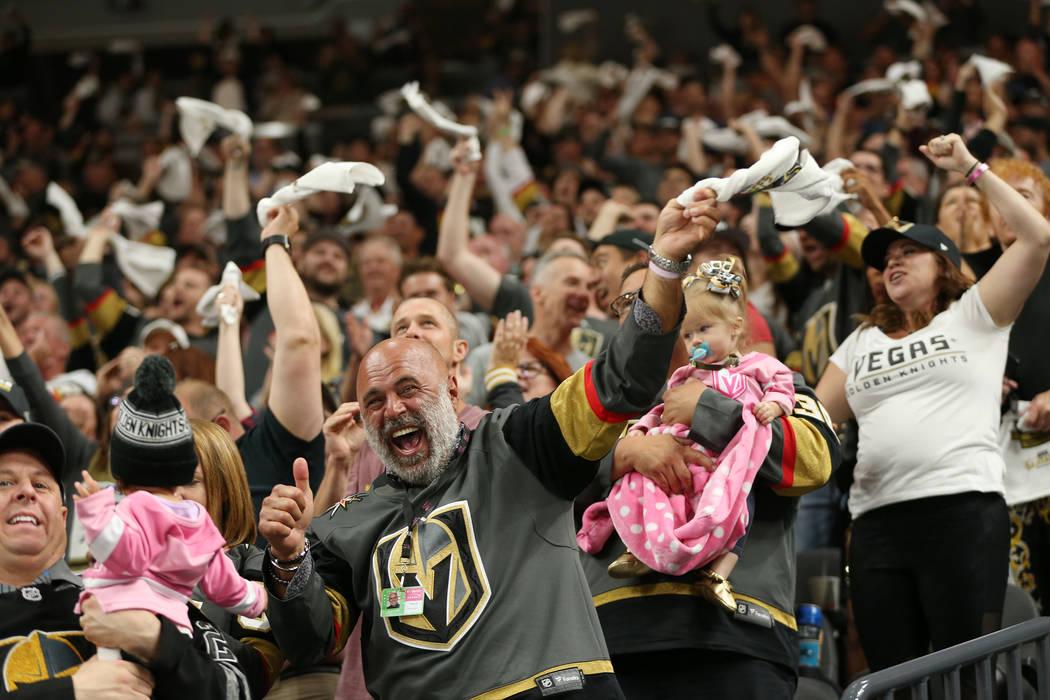 Los fanáticos de Vegas Golden Knights celebran un puntaje durante el primer período en el 1er Juego de una serie de playoffs de segunda ronda de hockey de la NHL en la Arena T-Mobile en Las Vega ...