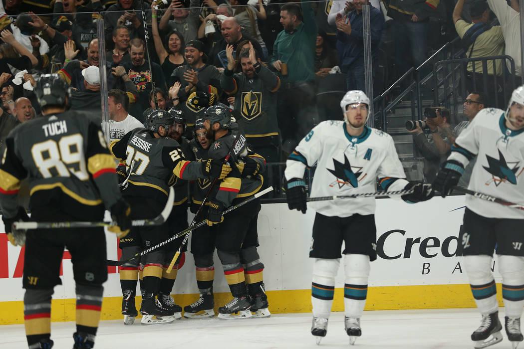 Los Vegas Golden Knights celebran un puntaje del ala izquierda Erik Haula (56) durante el primer período en el 1er Juego de una serie de playoffs de segunda ronda de hockey de la NHL en la Arena ...