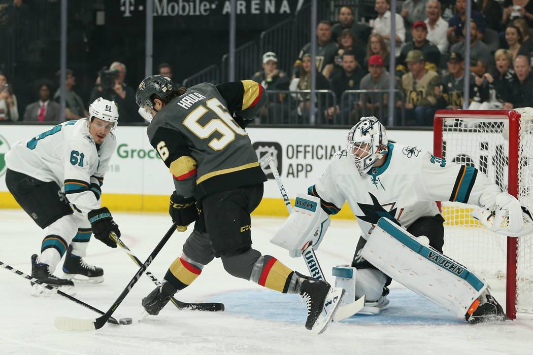 El ala izquierda de Vegas Golden Knights: Erik Haula (56) intenta un tiro contra San José Sharks durante el primer período en el 1er Juego de una serie de playoffs de segunda ronda de hockey de ...