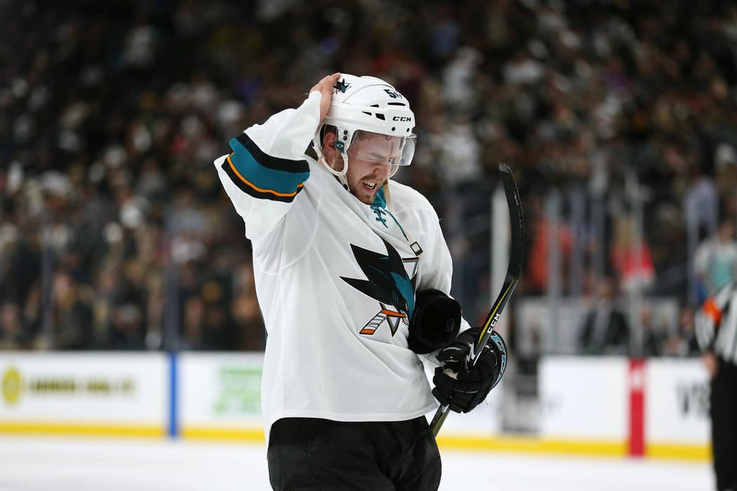 El centro de San José Sharks: Chris Tierney (50) al final del primer período en el 1er Juego de una serie de playoffs de segunda ronda de hockey de la NHL en la Arena T-Mobile en Las Vegas, el j ...
