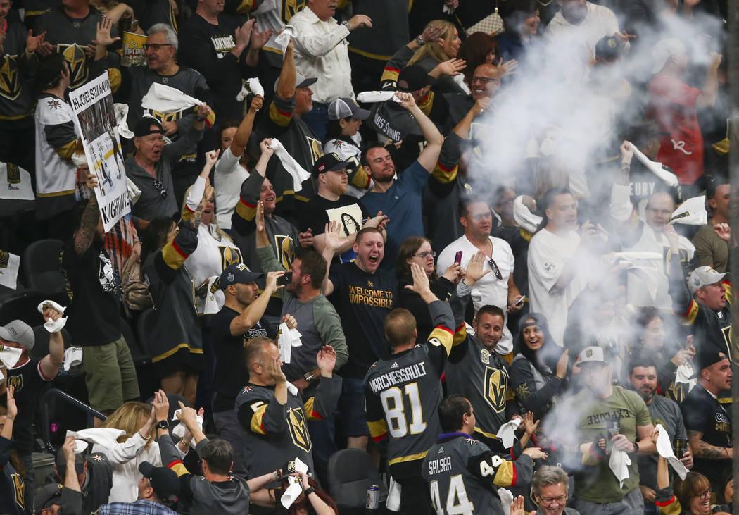 Los fanáticos de Golden Knights celebran un gol del centro de los Golden Knights: Jonathan Marchessault, no representado, durante el primer período del 1er Juego de una serie de playoffs de segu ...