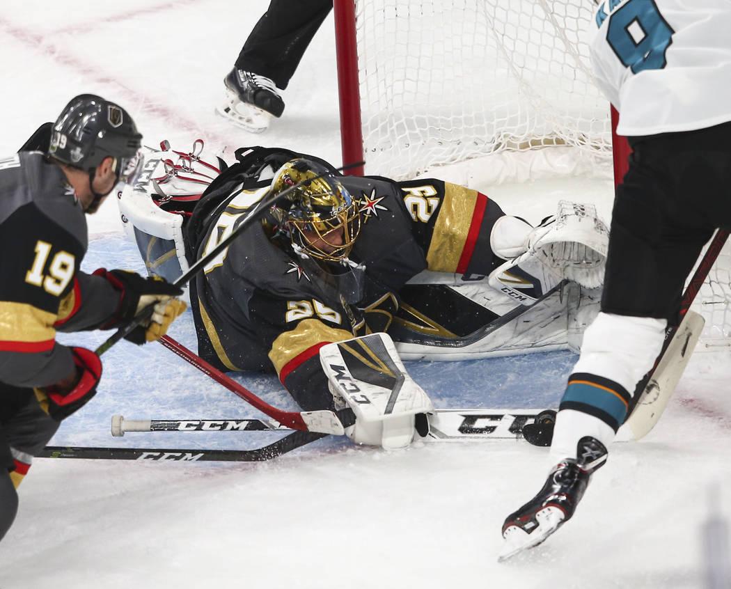 El portero de los Golden Knights: Marc-Andre Fleury (29) bloquea un tiro del ala izquierda de Evander Kane (9) de los San José Sharks durante el primer período del 1er Juego de una serie de play ...