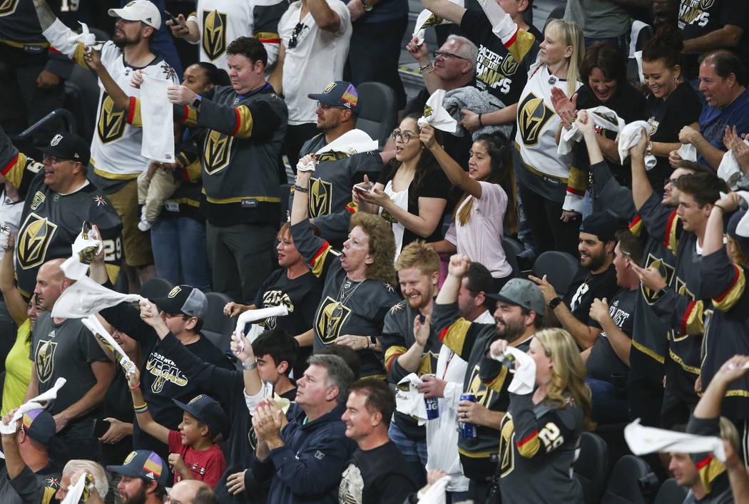 Los fanáticos de los Golden Knights celebran un gol del centro: Cody Eakin, no representado, durante el primer período del 1er Juego de una serie de playoffs de segunda ronda de hockey de la NHL ...