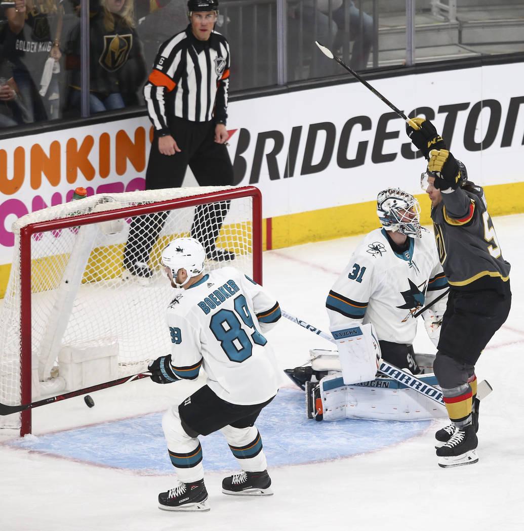 El ala izquierda de Golden Knights: Erik Haula (56) celebra su gol contra los San José Sharks durante el primer periodo del 1er Juego de una serie de playoffs de segunda ronda de hockey de la NHL ...