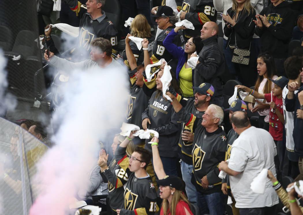 Los fanáticos de los Golden Knights celebran un gol del defensa de los Caballeros Dorados: Shea Theodore, durante el segundo período del 1er Juego de una serie de playoffs de segunda ronda contr ...