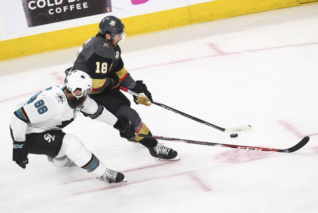 El ala izquierda de los Golden Knights James Neal (18) controla el disco mientras el defensor de San José Sharks Brent Burns (88) se defiende durante el segundo periodo del 1er Juego de una serie ...