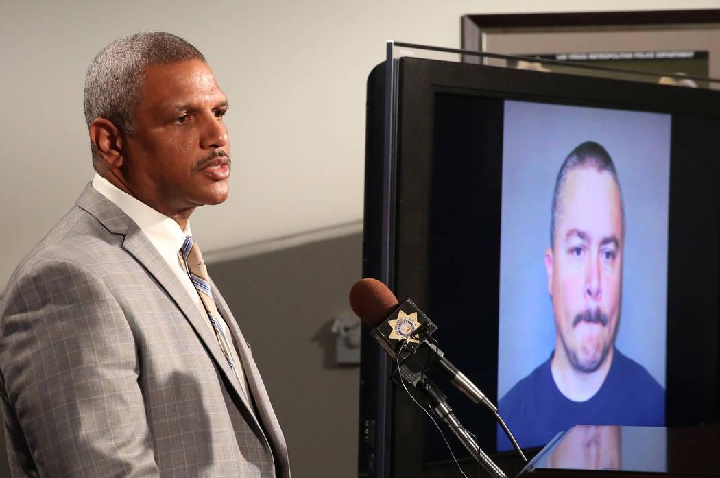 Una foto de Anthony Wrobel se muestra en un televisor mientras el Capitán Robert Plummer de la policía metropolitana de Las Vegas habla sobre el arresto de Wrobel durante una conferencia de pren ...