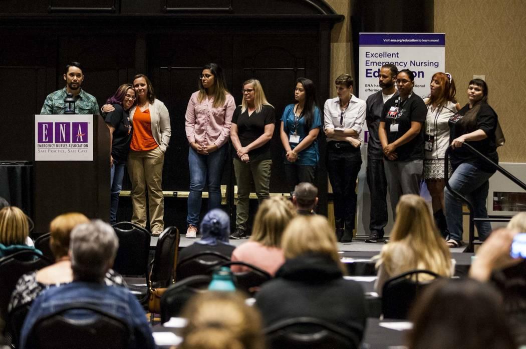 El Dr. Kevin Menes llama a su equipo del Hospital Sunrise mientras habla sobre la noche del 1 de octubre en el simposio regional de la Asociación de Enfermeros de Emergencia en Planet Hollywood e ...