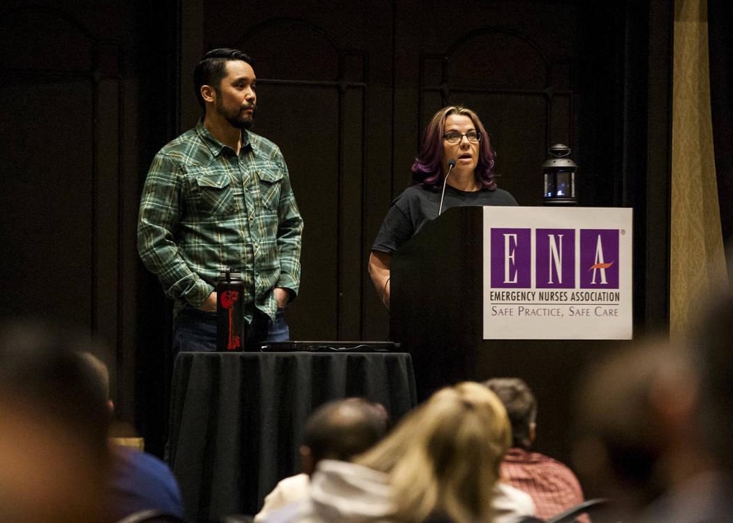 La enfermera Debbie Bowerman habla sobre sus experiencias en Sunrise Hospital durante la noche del 1 de octubre con el Dr. Kevin Menes en el simposio regional de Emergency Nurses Association en Pl ...