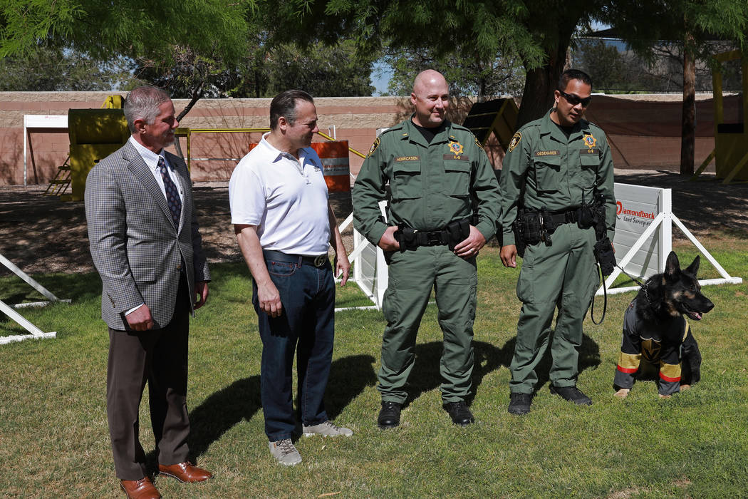 """Desde la izquierda, Kerry Bubolz, Gavin Maloof, el teniente John Henricksen y el oficial Glenn Obsenares presentan a """"Knight"""", el nuevo oficial K9 del Departamento de la Policía Metropolitana de ..."""