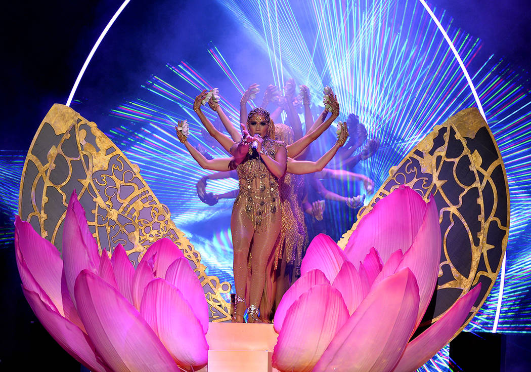 PREMIOS BILLBOARD DE LA MÚSICA LATINA 2018. Jennifer López se presenta en el escenario en el Mandalay Bay Resort and Casino en Las Vegas, NV el 26 de abril de 2018. Foto John Parra / Telemundo.