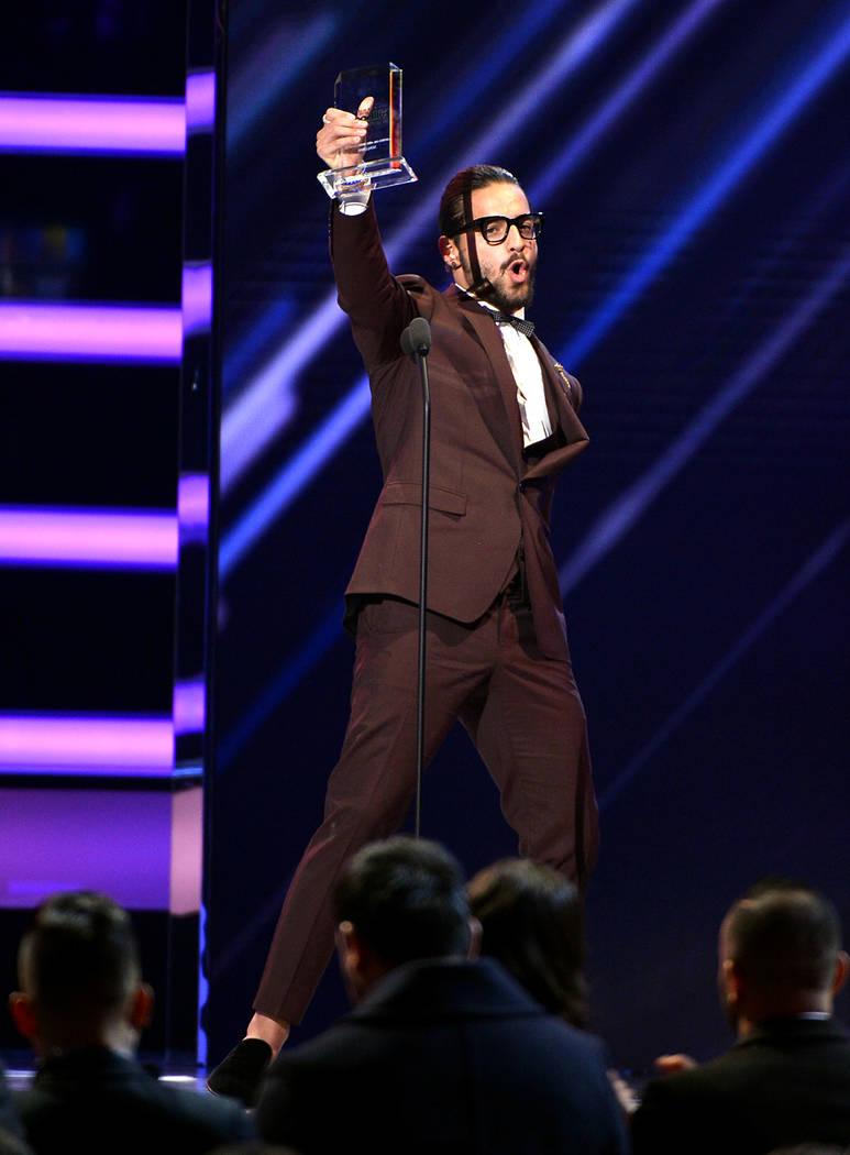 PREMIOS BILLBOARD DE LA MÚSICA LATINA 2018. Maluma acepta el premio al Artista de Redes Sociales del Año en el escenario en el Mandalay Bay Resort y Casino en Las Vegas, NV el 26 de abril de 201 ...