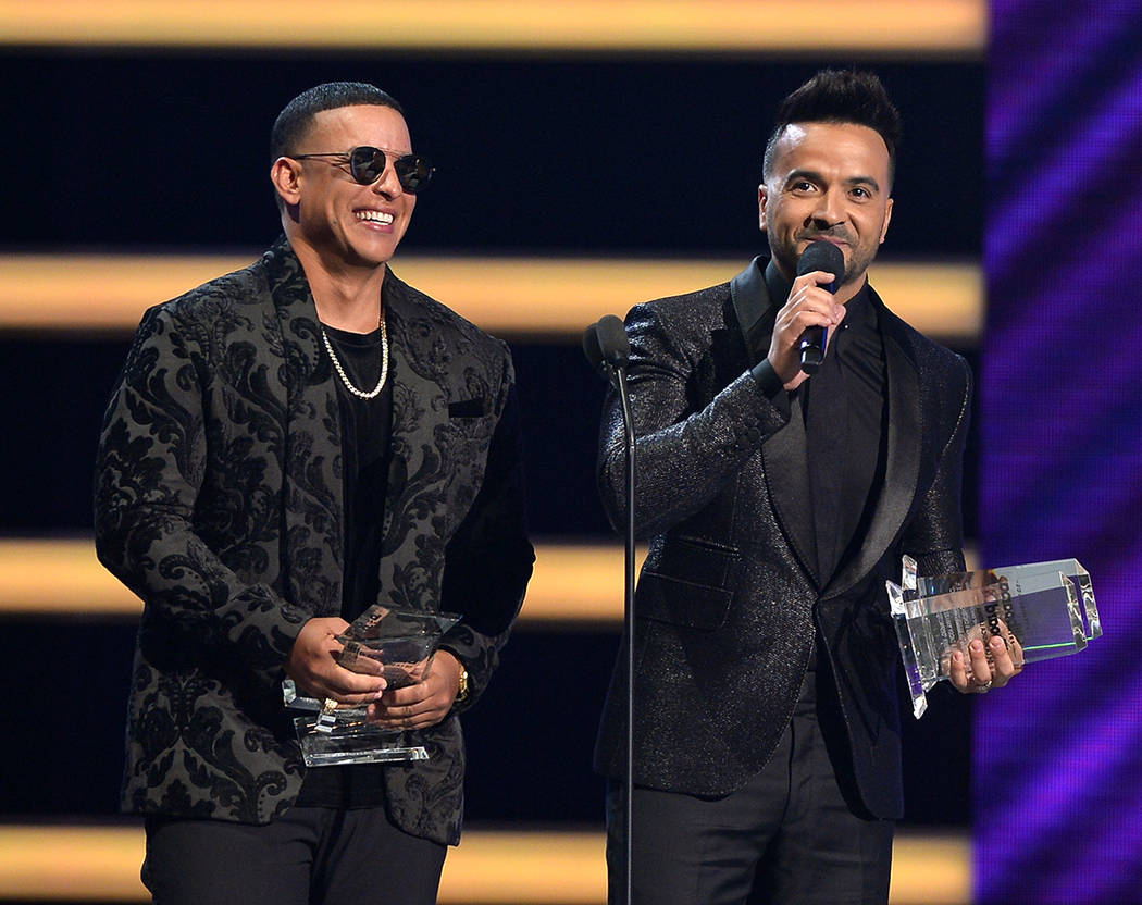 PREMIOS BILLBOARD DE LA MÚSICA LATINA 2018. Luis Fonsi y Daddy Yankee aceptan el premio de Hot Latin Song en el escenario en el Mandalay Bay Resort and Casino en Las Vegas, NV el 26 de abril de 2 ...