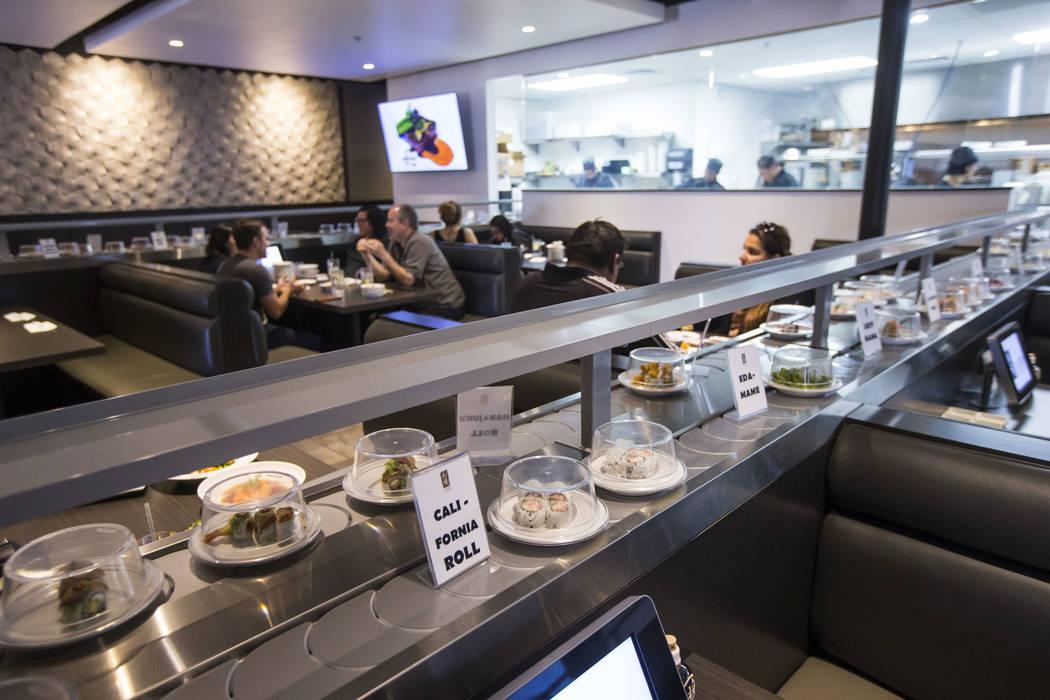 Rollos California pasan por la cinta transportadora en Sapporo Revolving Sushi en Las Vegas el miércoles 25 de abril de 2018. Chase Stevens Las Vegas Review-Journal @csstevensphoto