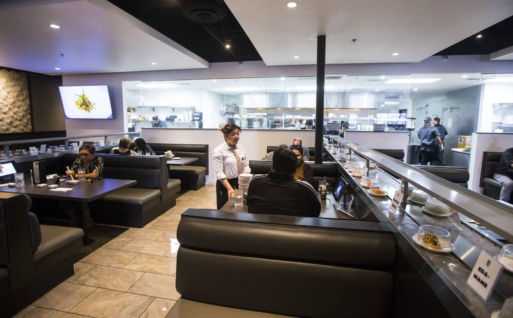 Fae Domingo, en el centro, asiste a los comensales en Sapporo Revolving Sushi en Las Vegas el miércoles 25 de abril de 2018. Chase Stevens Las Vegas Review-Journal @csstevensphoto