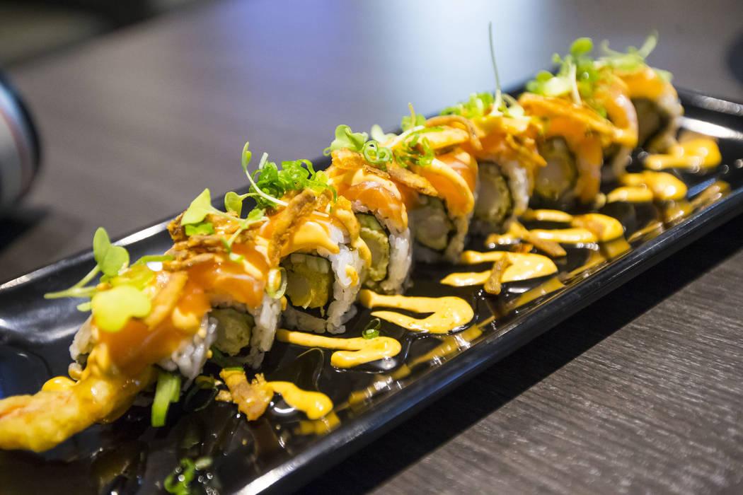 Rollo de salmón de ajo de Sapporo en Sapporo Revolving Sushi en Las Vegas el miércoles 25 de abril de 2018. Chase Stevens Las Vegas Review-Journal @csstevensphoto