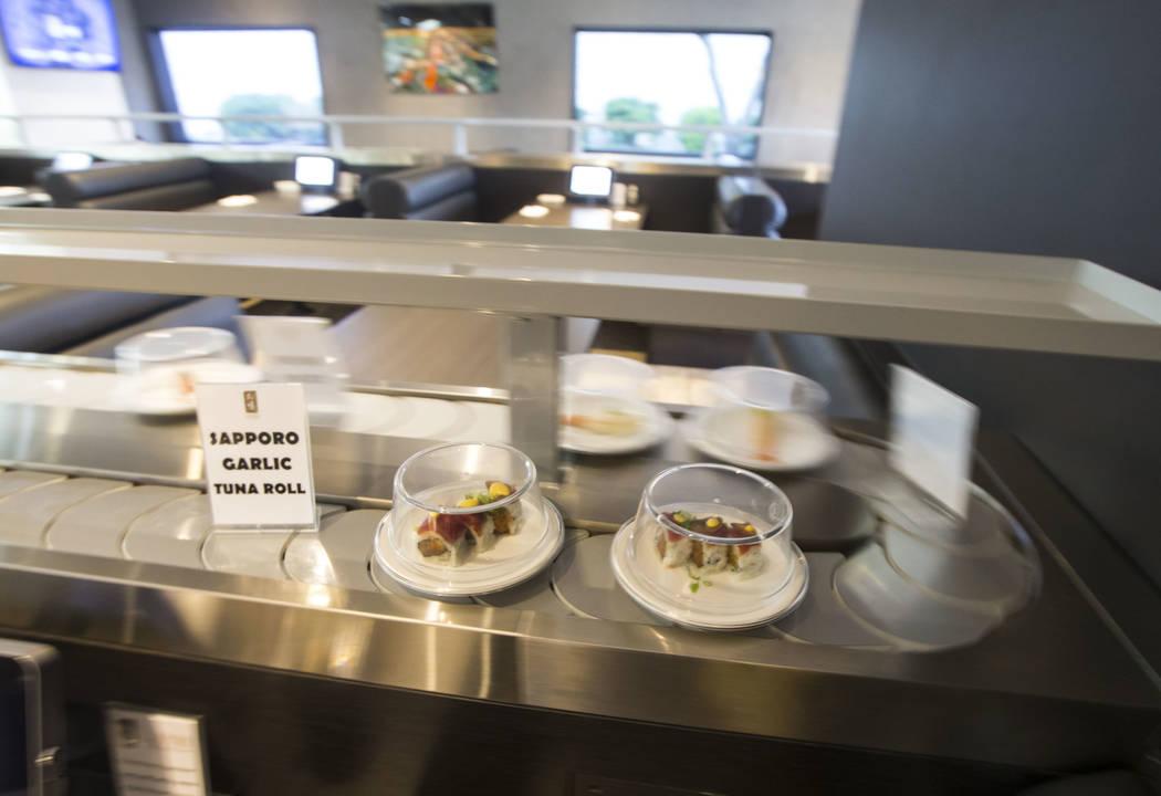 Un rollo de atún con ajo de Sapporo pasa por la cinta transportadora en Sapporo Revolving Sushi en Las Vegas el miércoles 25 de abril de 2018. Chase Stevens Las Vegas Review-Journal @csstevensphoto