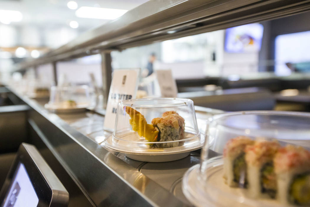 Un rollo de langosta pasa por la cinta transportadora en Sapporo Revolving Sushi en Las Vegas el miércoles 25 de abril de 2018. Chase Stevens Las Vegas Review-Journal @csstevensphoto