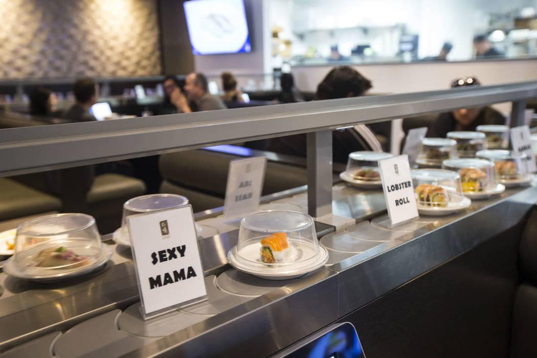 Un rollo de Sexy Mama pasa por la cinta transportadora en Sapporo Revolving Sushi en Las Vegas el miércoles 25 de abril de 2018. Chase Stevens Las Vegas Review-Journal @csstevensphoto