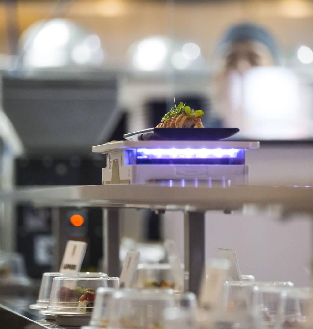 Un rollo de salmón con ajo de Sapporo llega a través de un carrito robótico en Sapporo Revolving Sushi en Las Vegas el miércoles 25 de abril de 2018. Chase Stevens Las Vegas Review-Journal @cs ...