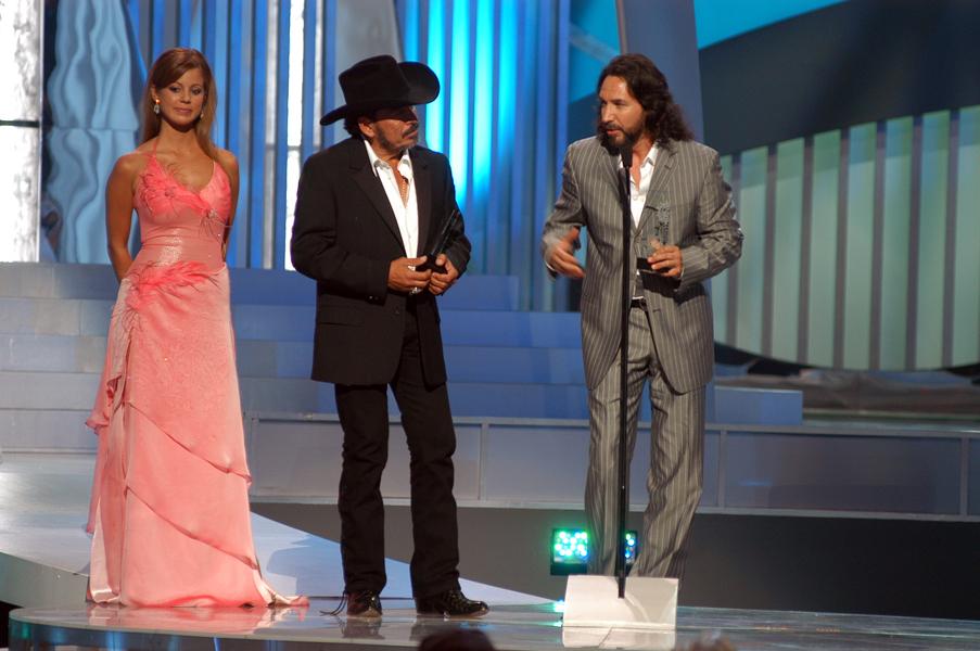 2005- Joan Sebastian y Marco Antonio Solis Reciben Premio Billboard