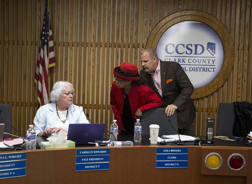 Los síndicos del Distrito Escolar del Condado de Clark: Carolyn Edwards, izquierda, discuten con la Dra. Linda E. Young cuando Kevin Child interviene durante una reunión de la Junta Directiva de ...