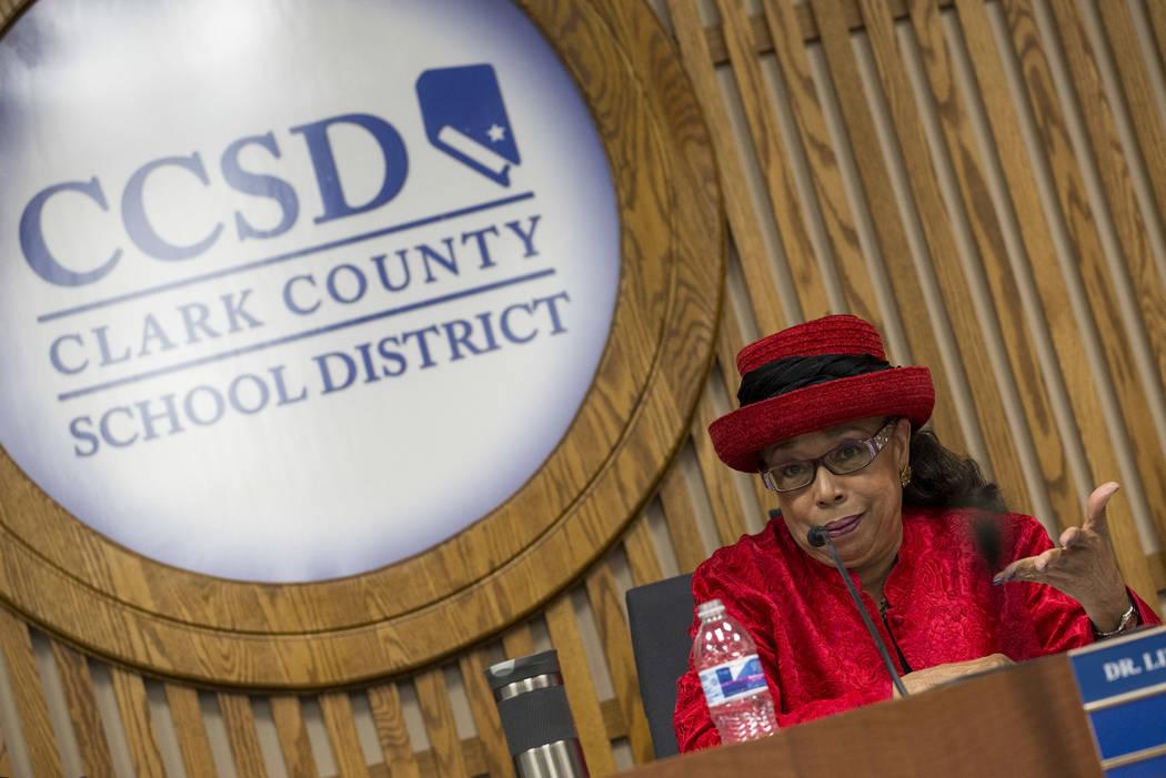 La fiduciaria del Distrito Escolar del Condado de Clark, la Dra. Linda E. Young habla durante una reunión de la Junta Directiva de CCSD en el centro educativo de CCSD en Las Vegas el miércoles 2 ...