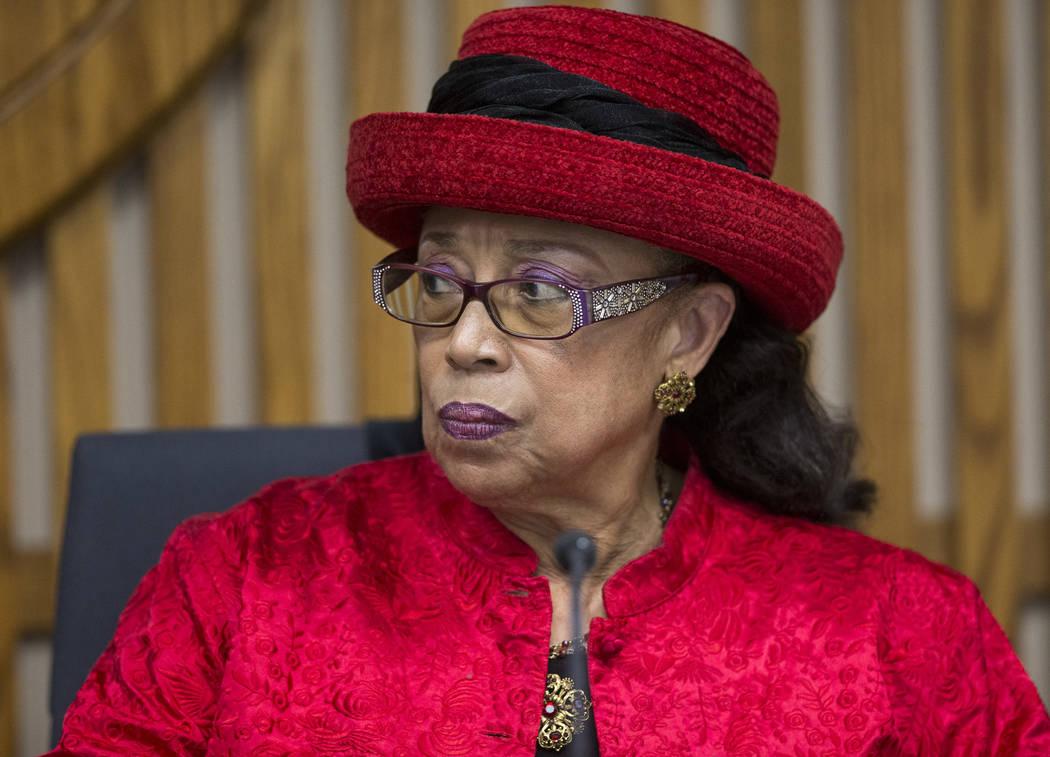 La fiduciaria del Distrito Escolar del Condado de Clark, la Dra. Linda E. Young mira a la fideicomisaria Carolyn Edwards después de que ambos tuvieron una discusión durante una reunión de la Ju ...