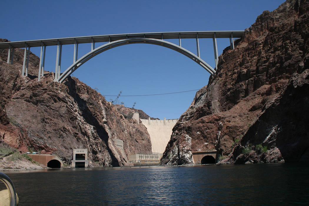 """Black Canyon River visto desde la carretera, se aprecia el puente """"O'Callaghan-Tillman"""", y la presa Hoover. El 29 de abril del 2018. Foto Valdemar González / El Tiempo - Contribuidor."""