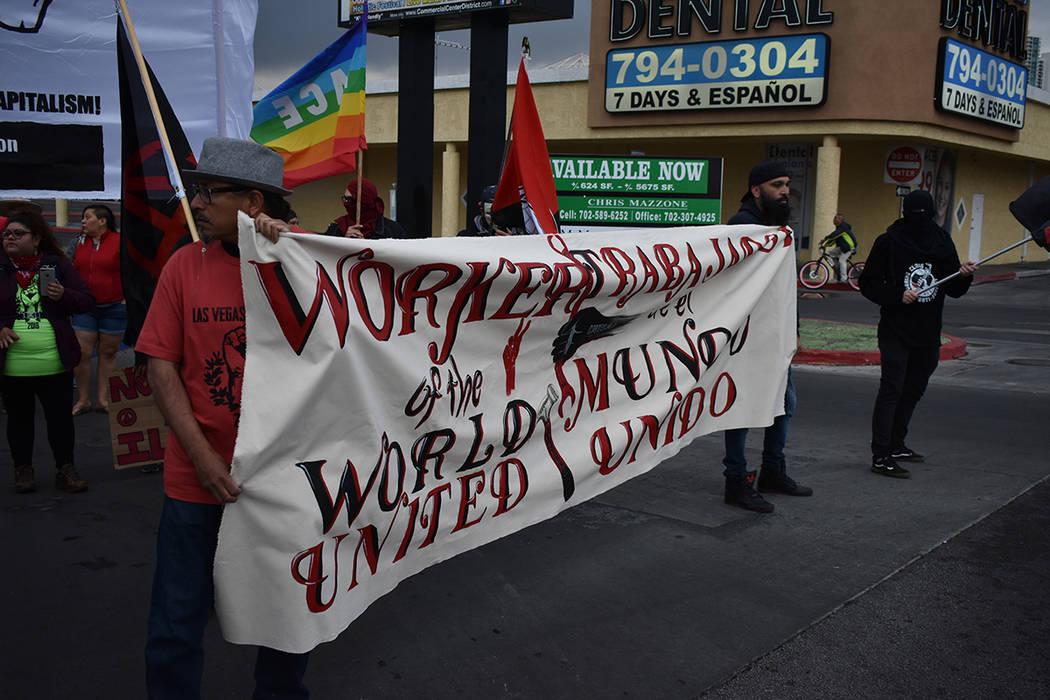 Algunas personas llevaron pancartas y banderas para participar en la marcha del 1 de mayo. Martes 1 de mayo de 2018 en Las Vegas. Foto Anthony Avellaneda / El Tiempo.