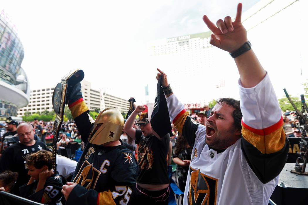 Brock Williams, de 27 años, aplaude durante una fiesta de Vegas Golden Knights para el sexto partido de los playoffs de la Copa Stanley en la Plaza Toshiba de Las Vegas el domingo 6 de mayo de 20 ...