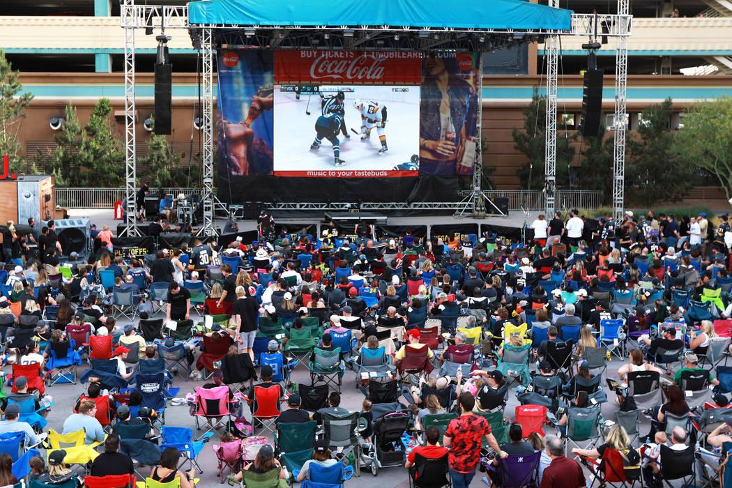 Los fanáticos asisten a una fiesta de Vegas Golden Knights para el sexto juego de los playoffs de la Stanley Cup en el exterior de la Plaza Toshiba en Las Vegas el domingo 6 de mayo de 2018. Andr ...