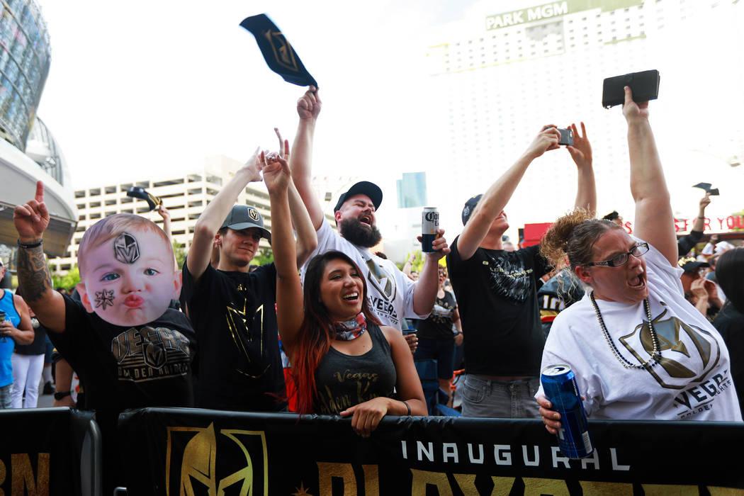 Aficionados animados durante una fiesta de Vegas Golden Knights para el sexto juego de los playoffs de la Stanley Cup en el exterior de la Toshiba Plaza en Las Vegas el domingo 6 de mayo de 2018. ...