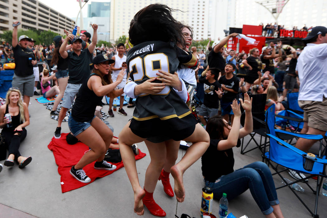 Gina Salerno, de 18 años, abraza a su hermana Alexis Salerno, de 16 años, ambas de Las Vegas, después de que los Vegas Golden Knights anotaran un gol durante una fiesta para el sexto partido de ...