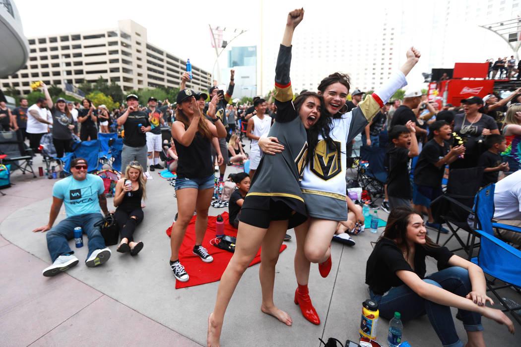 Alexis Salerno, de 16 años, a la izquierda, y su hermana Gina, de 18 años, ambos de Las Vegas, animados después de que los Vegas Golden Knights anotaran un gol durante una fiesta para el sexto ...