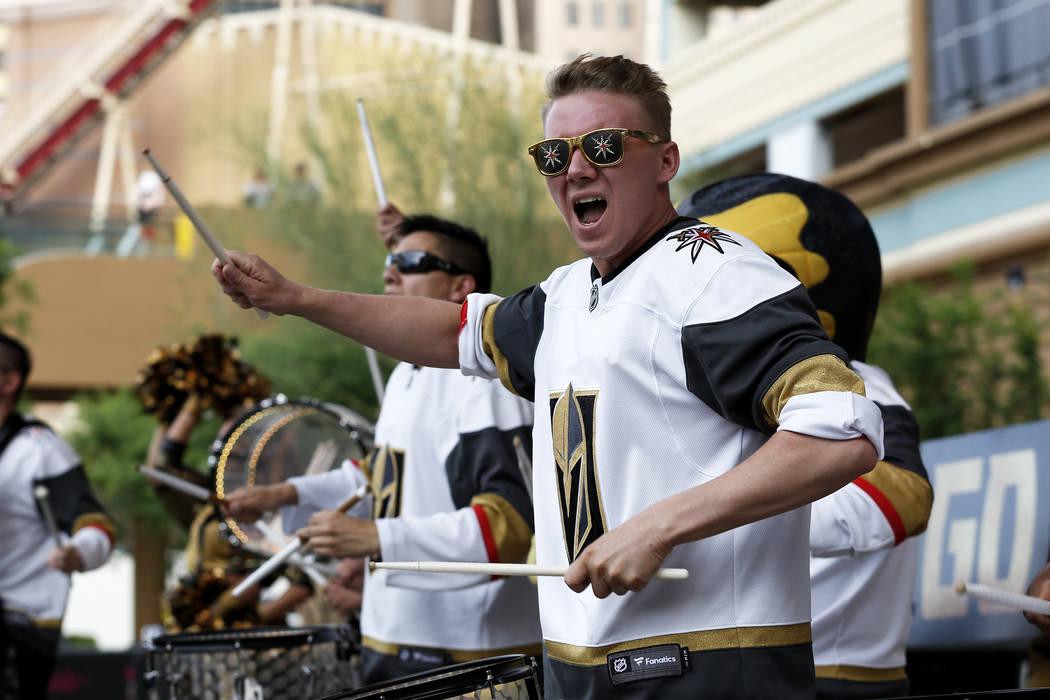 Los miembros de la Knight Line se presentan para la multitud durante una fiesta de Vegas Golden Knights para el sexto partido de los playoffs de la Stanley Cup en la Toshiba Plaza de Las Vegas el ...