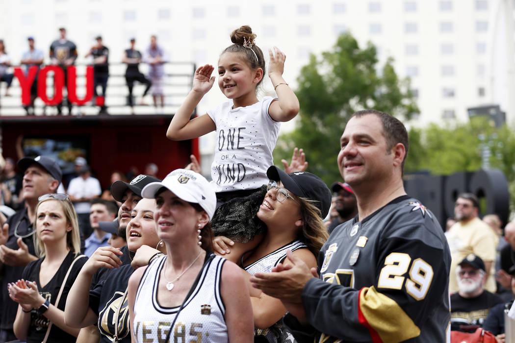 Heather Coronado iza a su hija de 7 años Aubrey, ambas de Las Vegas, durante una fiesta de Vegas Golden Knights para el sexto partido de los playoffs de la Copa Stanley en la Toshiba Plaza de Las ...