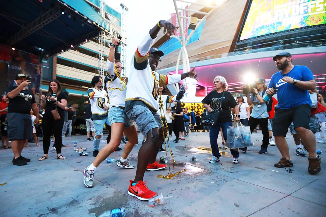 Brandi Giese, izquierda, y Roger Hallback, ambos de Las Vegas, celebran después de que los Vegas Golden Knights derrotaron a los San José Sharks durante una fiesta para el sexto partido de playo ...